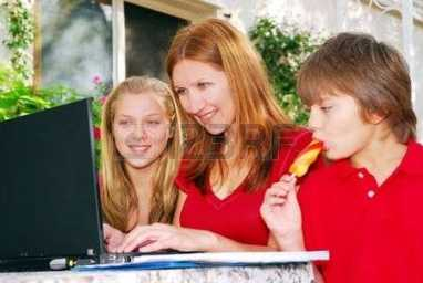 1799328-pareja-mujer-que-trabaja-en-ordenador-en-casa-con-sus-hijos