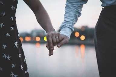manos-de-una-pareja-agarrada