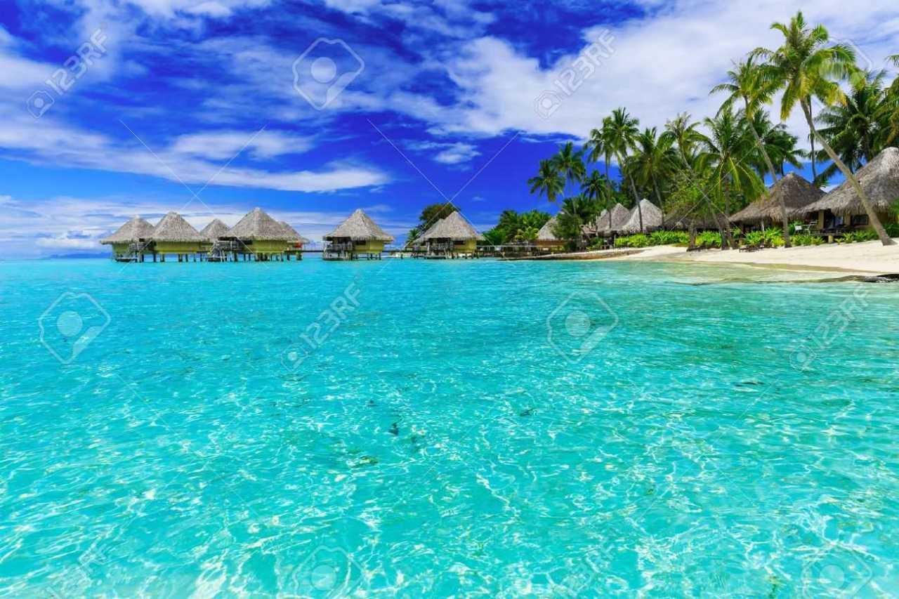 48962242-bungalows-sobre-el-agua-del-centro-turístico-tropical-de-lujo-isla-de-bora-bora-cerca-de-tahití-polinesi