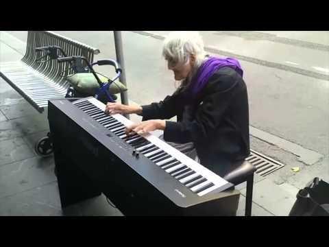 ANCIANA SIN TECHO TOCA EL PIANO COMO LOS DIOSES