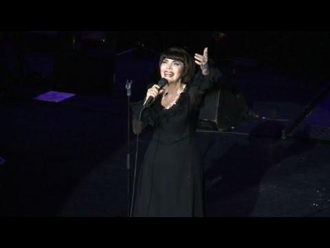 ميراي ماتيو تغني بباريس لمناسبة اليوبيل الذهبي لانطلاقة مسيرتها